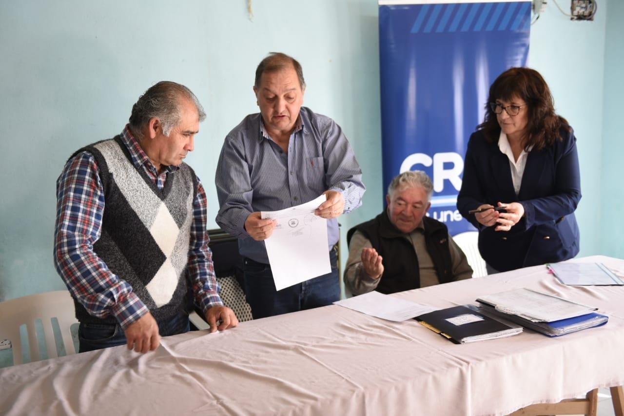 Linares entregó un subsidio por 100 mil pesos a la Asociación de Fomento Malvinas Argentinas