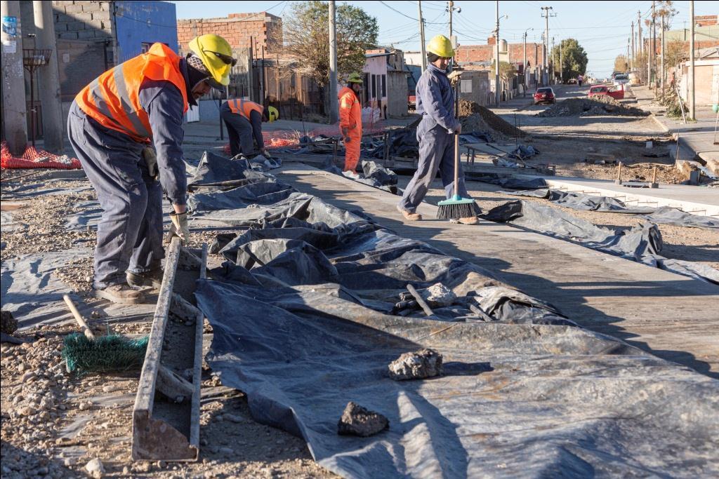 Linares recorrió varios frentes de obra de pavimento en zona sur