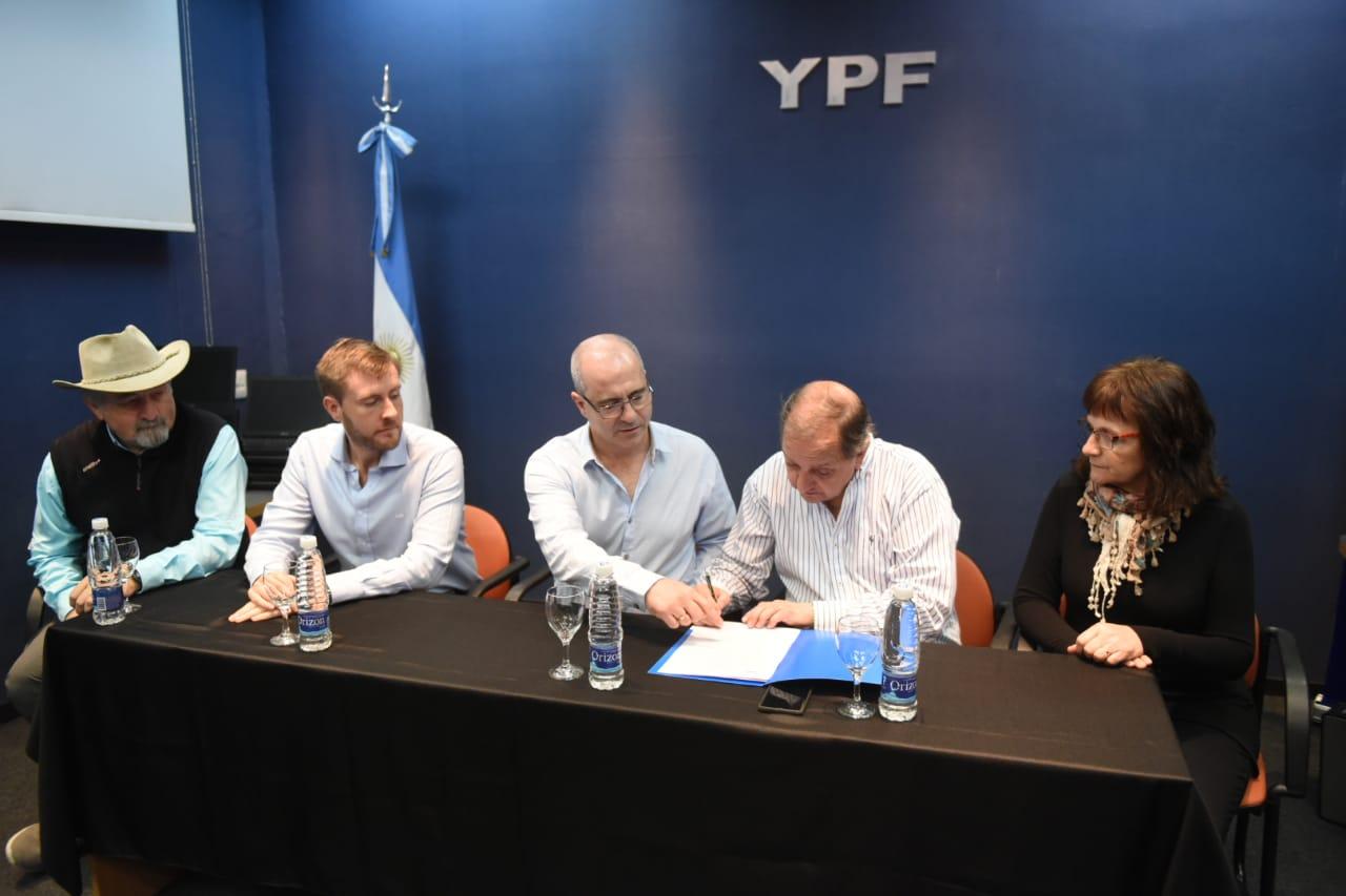 Linares valoró la decisión de YPF de donar equipamiento informático